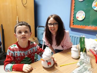Artist Leona Devine helping children with arts and crafts